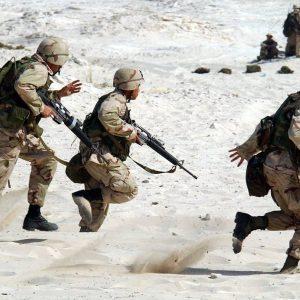 żołnierze w obuwiu taktycznym